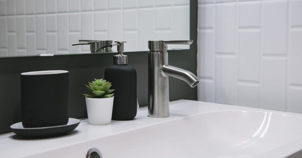 Black in bathroom: 6 Chic Focal Points, Black accessories